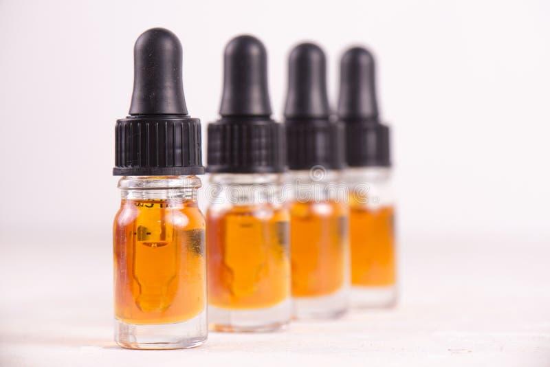 Buteleczki CBD olej, marihuana żyją żywica ekstrakcję na whi zdjęcia stock