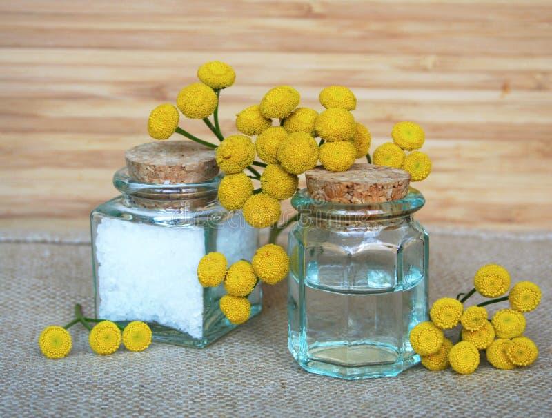 butelek istotnego oleju soli zdrój fotografia royalty free