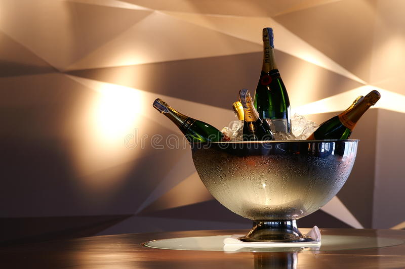 Buteljera champagne royaltyfria bilder