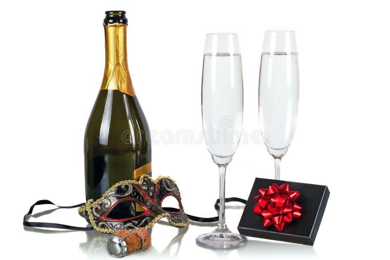 Buteljera av champagne med två flöjter royaltyfri fotografi