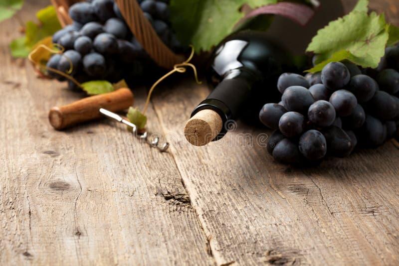 Buteljera av wine fotografering för bildbyråer