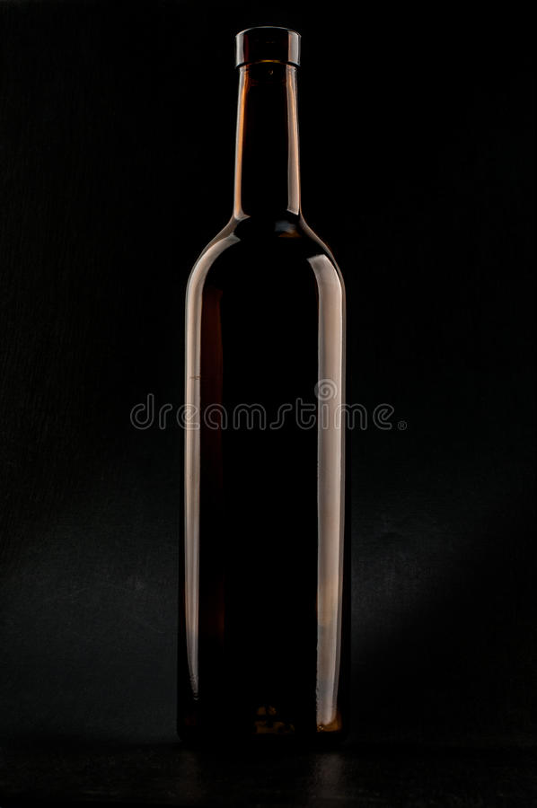 Buteljera av wine royaltyfria bilder
