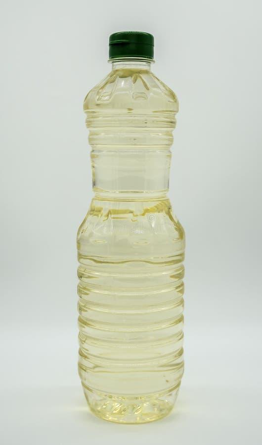 Buteljera gul grönsakmatolja som isoleras på vit bakgrund av mappen med den snabba banan royaltyfria bilder