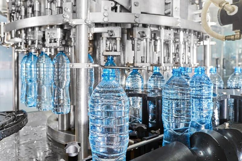 Buteljera linje för modern automatiserad mineralvatten på växten royaltyfri bild