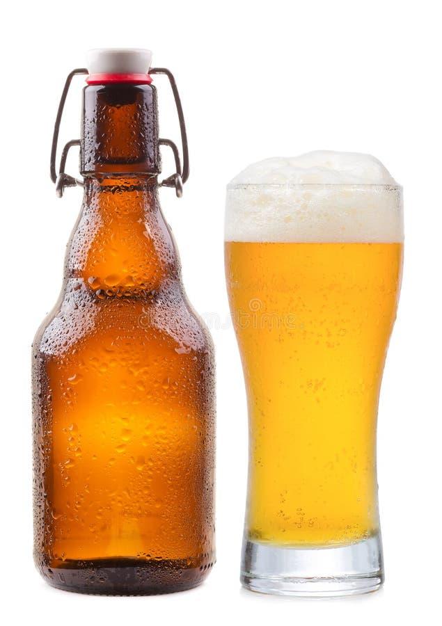 Buteljera och exponeringsglas av öl arkivfoto