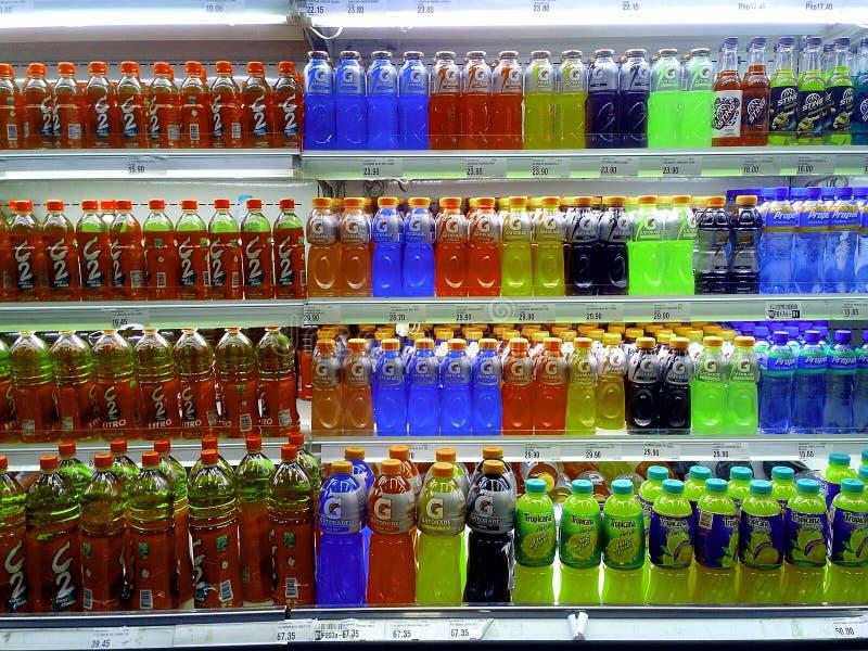 Buteljerade drinkar för fruktfruktsaft och energisålde i en livsmedelsbutik fotografering för bildbyråer
