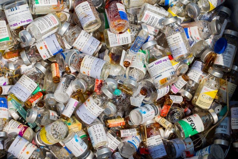 Buteljerar avskräde av använda små medicinflaskor av antibiotikummar, läkarbehandlingar för att behandla infektioner i laboratori arkivfoto