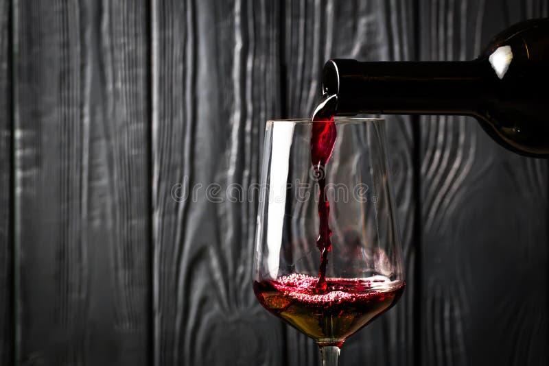 butelkę czerwonego wina dolewania fotografia royalty free