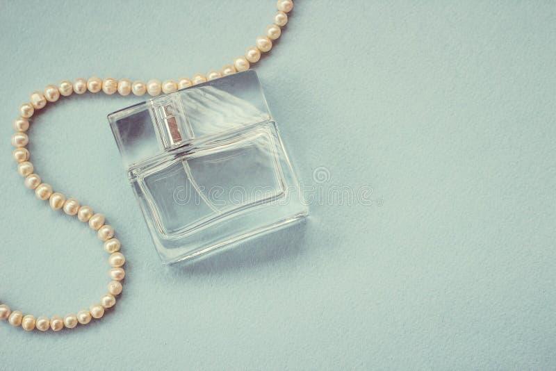 Butelka żeński pachnidło z perełkową dekoracją fotografia royalty free