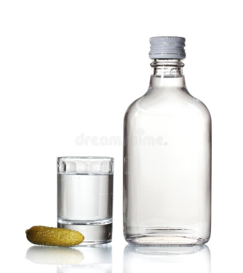 Butelka ajerówka i wineglass z ogórkiem obraz royalty free