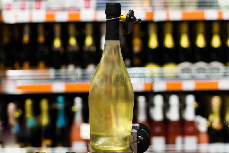 Butelka alkohol przy sklepem spożywczym w górę obrazy stock
