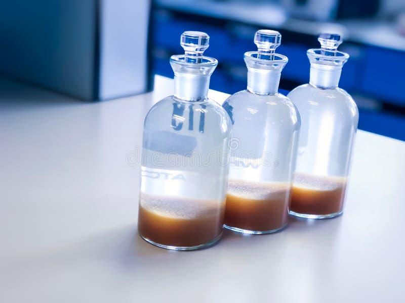 Butelka BOD do analizy Rozpuścić tlen w próbce ścieków, wytrącając rozpuszczalnikiem w kolbie obraz stock