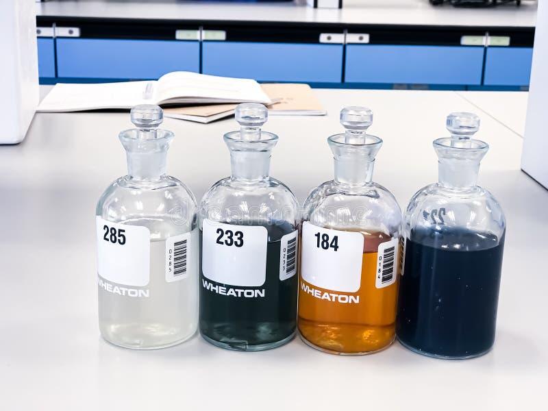 Butelka BOD do analizy Zapotrzebowanie biochemiczne na tlen w próbkach ścieków, wytrącanie rozpuszczalnikiem w kolbie, może być w zdjęcia stock