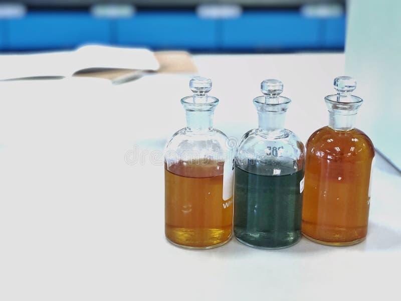 Butelka BOD do analizy Zapotrzebowanie na tlen biochemiczny w próbkach ścieków, wytrącaniu i rozpuszczaniu z rozpuszczalnikiem obrazy royalty free