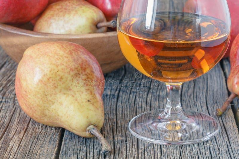 Butelka bonkrety aguardiente brandy i świeża bonkreta na nieociosanym zmroku obrazy royalty free