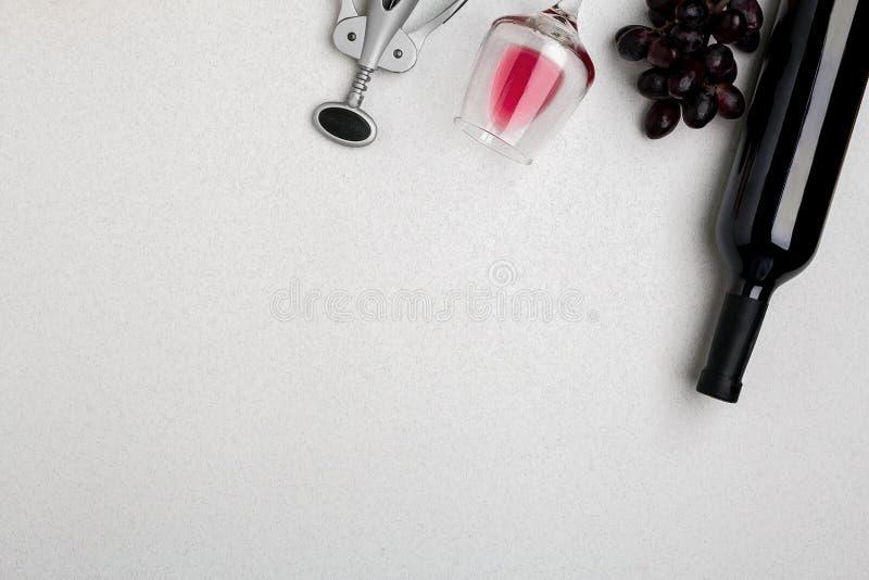 Butelka czerwone wino z szkłami na białym tło odgórnego widoku egzaminie próbnym obraz stock