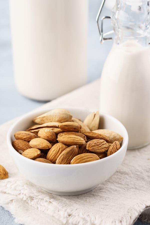 Butelka dokrętka dojni i surowi migdały Nabiał uwalnia, żadny laktozy mleko zdjęcie stock
