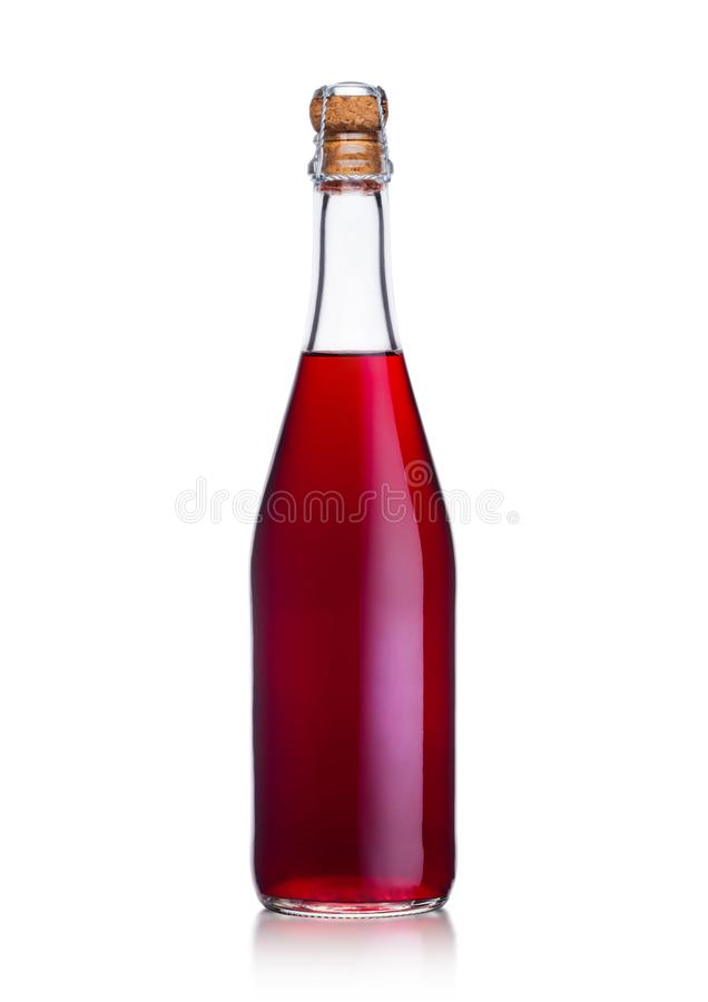Butelka domowej roboty czerwone wino z korkiem na bielu zdjęcia royalty free