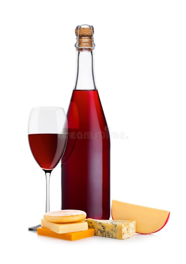 Butelka domowej roboty czerwone wino z serowym wyborem fotografia royalty free