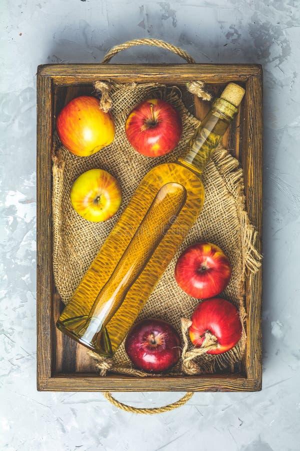 Butelka domowej roboty organicznie jabłczany cydr z jabłkami w pudełku obrazy royalty free