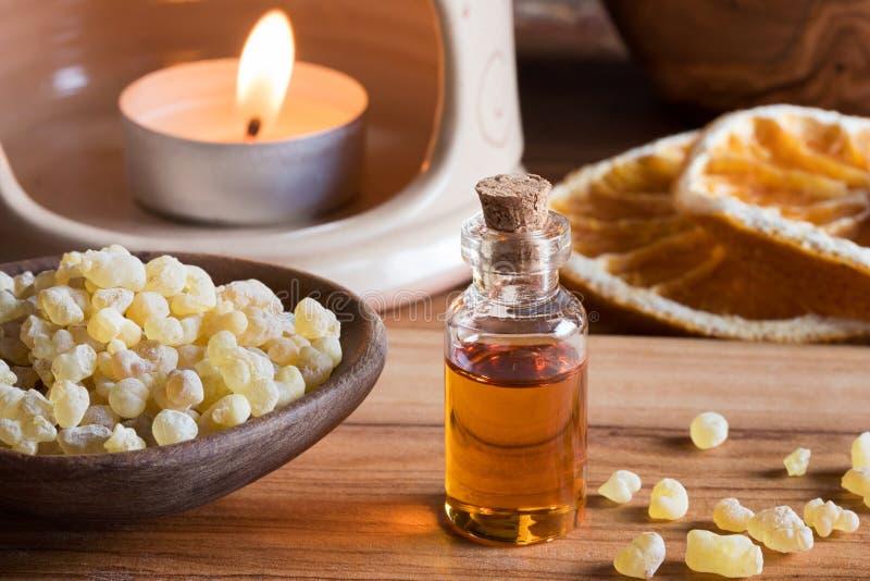 Butelka frankincense istotny olej z frankincense żywicą obrazy royalty free