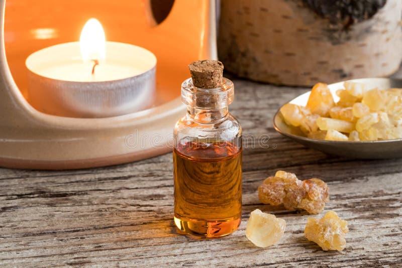 Butelka frankincense istotny olej z frankincense żywicą obraz stock