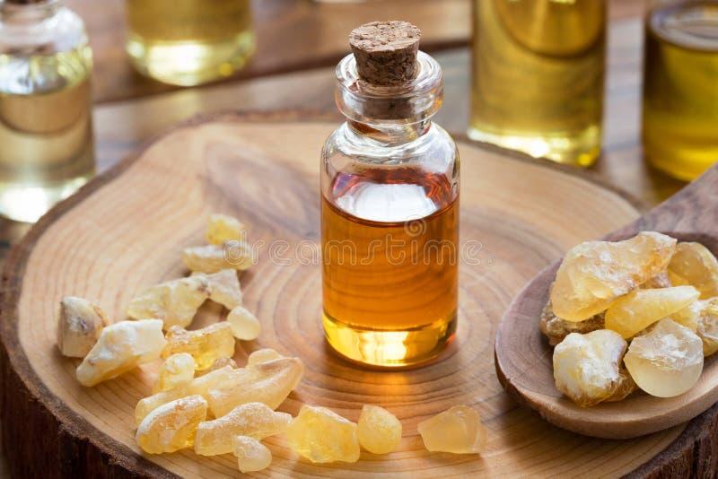 Butelka frankincense istotny olej z frankincense żywicą zdjęcie stock