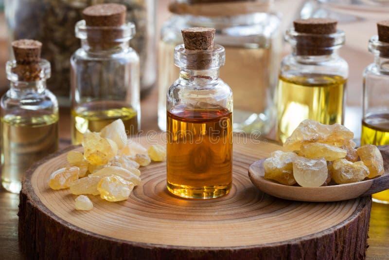 Butelka frankincense istotny olej z frankincense obraz stock