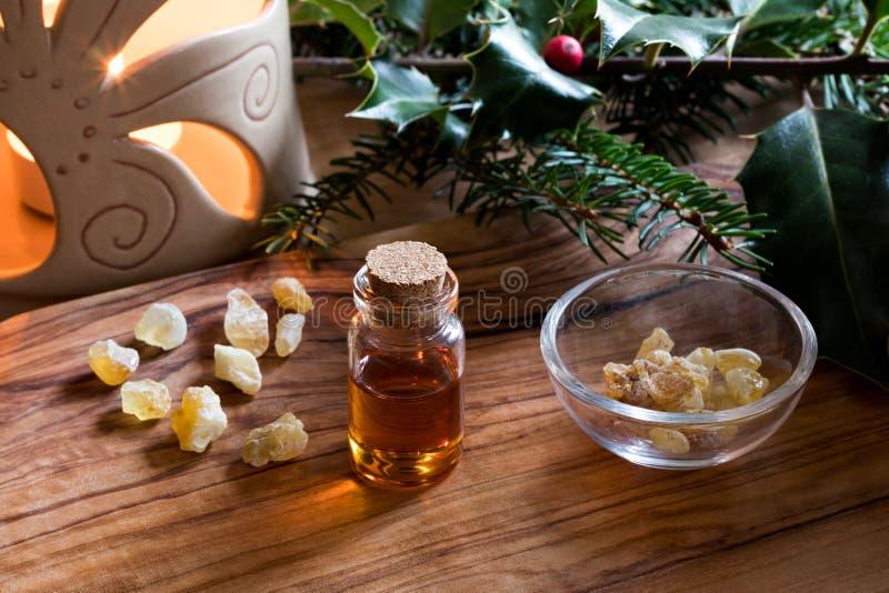 Butelka frankincense istotny olej z aromat lampą obraz royalty free