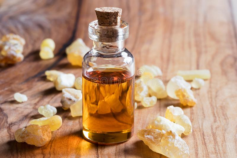 Butelka frankincense istotny olej z frankincense kryształem obraz royalty free