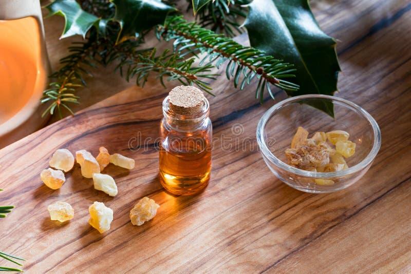 Butelka frankincense istotny olej z frankincense kryształem obraz stock
