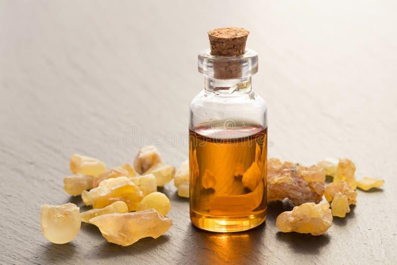 Butelka frankincense istotny olej z frankincense kryształem zdjęcie stock