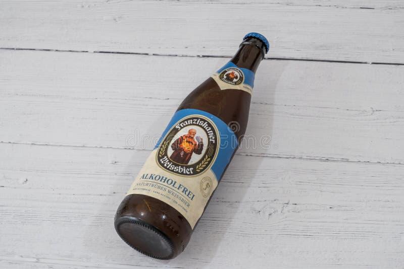 Butelka Franziskaner Alkoholfrei oznakował Lager piwo w recyclable szklanej butelce w linii z aktualnymi UK initiatives obraz stock