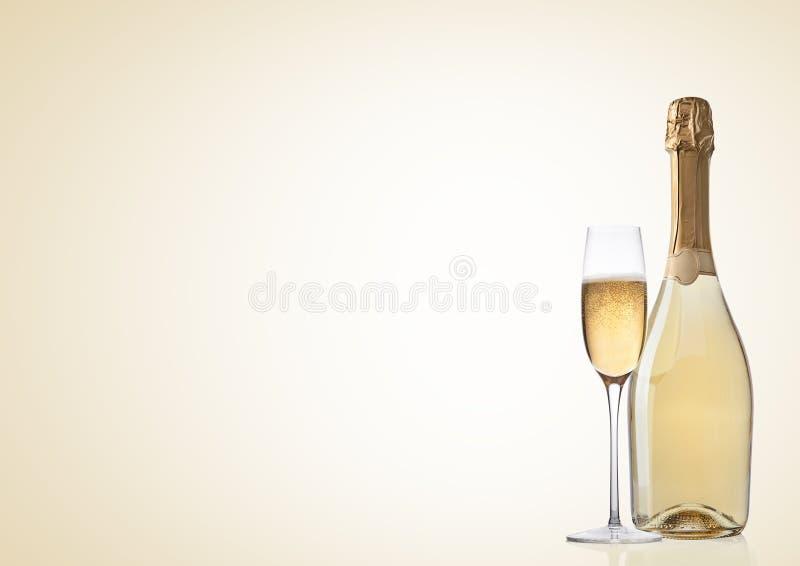 Butelka i szkło żółty szampan na kolorze żółtym zdjęcia royalty free