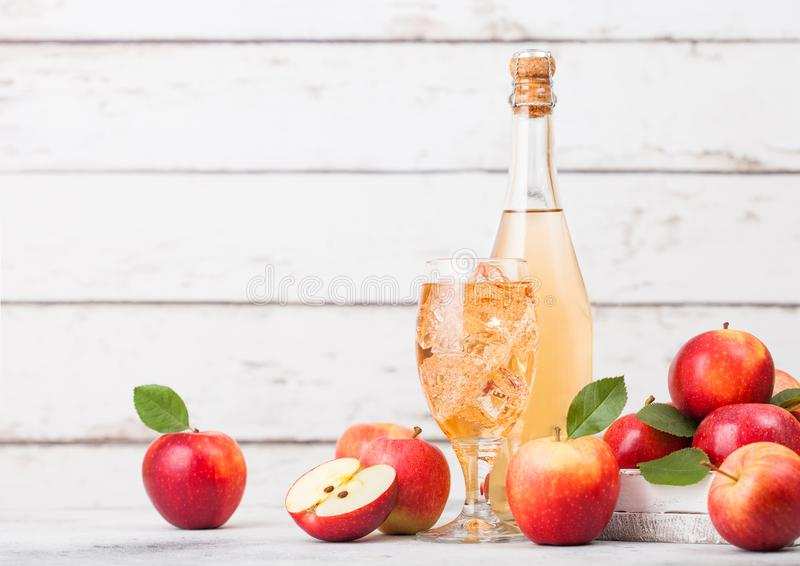 Butelka i szk?o domowej roboty organicznie jab?czany cydr z ?wie?ymi jab?kami w pude?ku na drewnianym tle obrazy royalty free