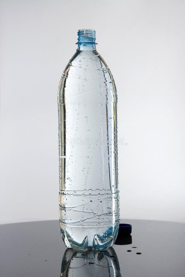 butelka jest pełna wody. zdjęcia royalty free