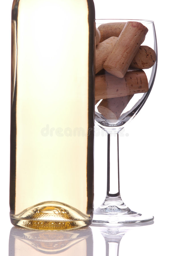 butelka korkuje kieliszkach wina zdjęcie stock