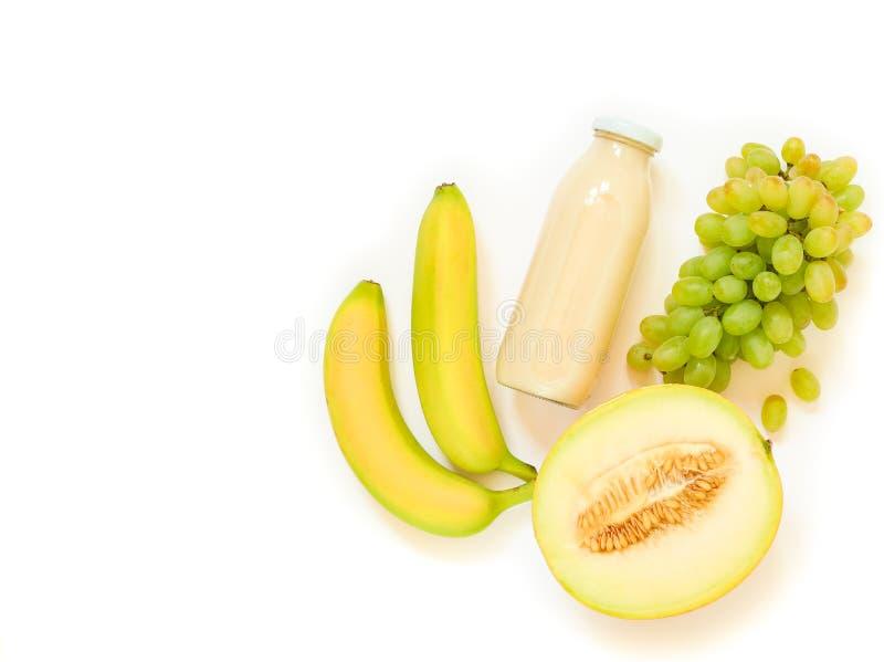 Butelka melon, winogrona, bananowy sok odizolowywający na bielu zdjęcie stock