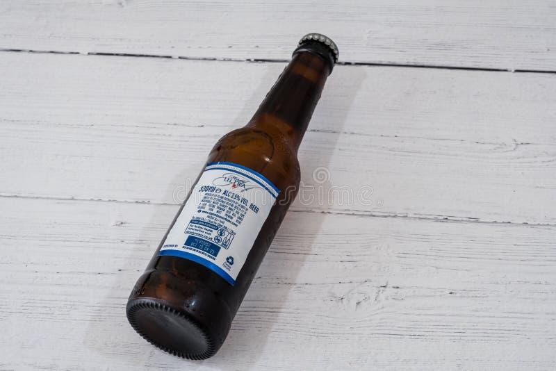 Butelka Michelob Ultra oznakował Lager piwo w recyclable szklanej butelce w linii z aktualnymi UK initiatives fotografia royalty free
