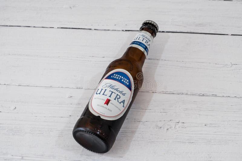 Butelka Michelob Ultra oznakował Lager piwo w recyclable szklanej butelce w linii z aktualnymi UK initiatives obrazy royalty free