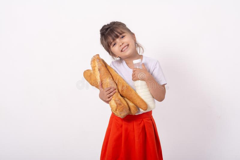 Butelka mleko i chleb w rękach dla pojęcia świeżo karmowego i zdrowego Z kopii przestrzenią dla teksta, fotografia royalty free