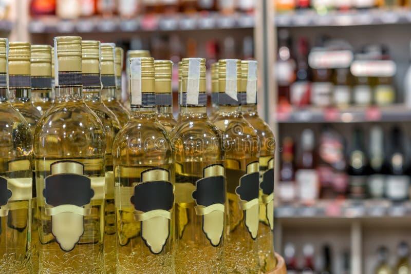 Butelka na stole przed zamazanym tłem zdjęcie royalty free