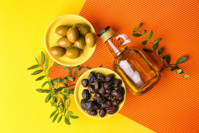 Butelka olej z oliwkami na koloru tle zdjęcia stock
