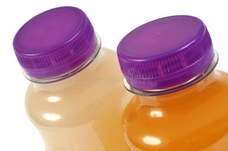 Butelka owocowy sok w zbliżeniu na białym tle zdjęcia stock