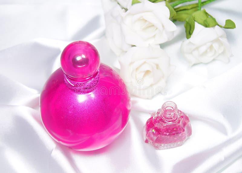 Butelka pachnidła i gwoździa połysk obrazy royalty free