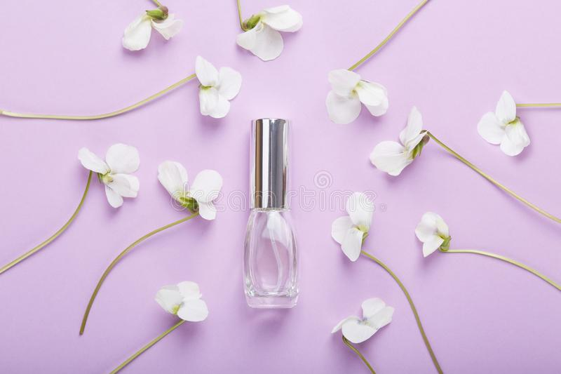 Butelka pachnid?o na pancy kwiatach Kwiatu ?wie?y perfumowanie zdjęcia stock