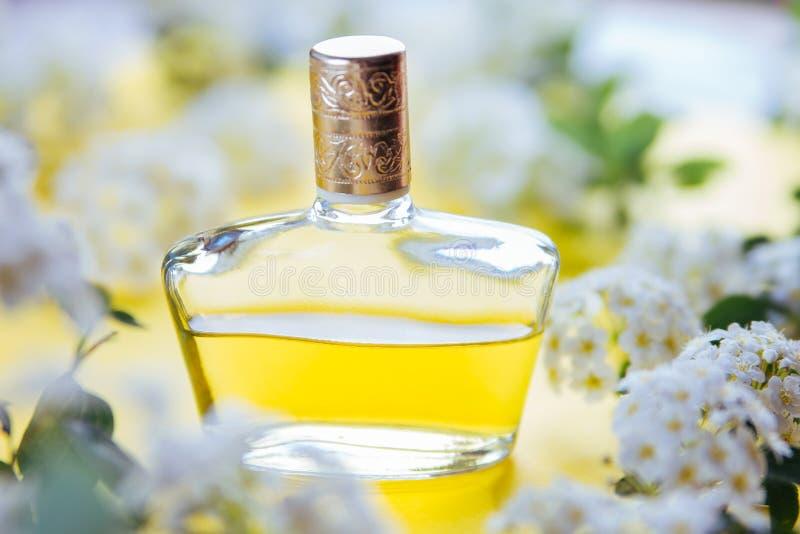 Butelka pachnidło z kwiatami obrazy stock