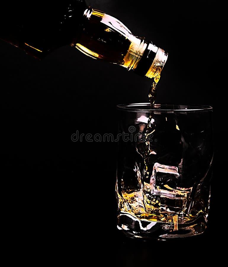 butelka słuzyć szkło wliczając kostka lodu whisky, fotografia stock