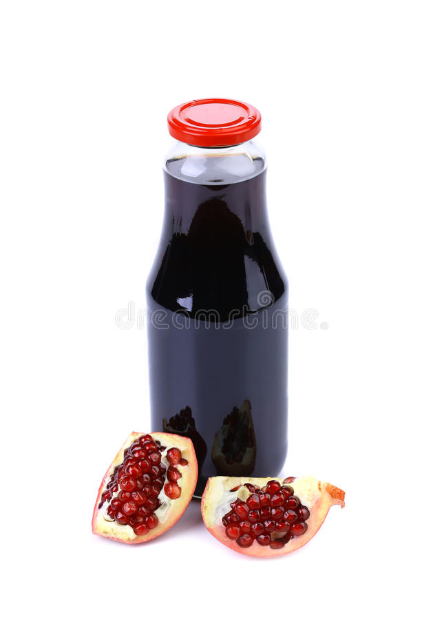 Butelka sok i dojrzały kawałka granat obrazy royalty free