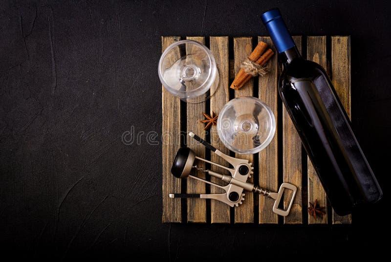 Butelka suchy biały wino i szkła obrazy stock